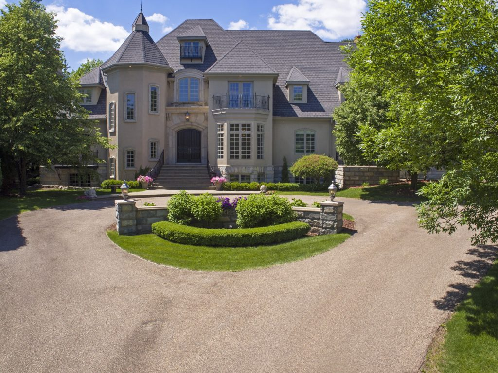 4924 Green Farms Circle is an upscale property located in Parkwood Knolls neighborhood of Edina.