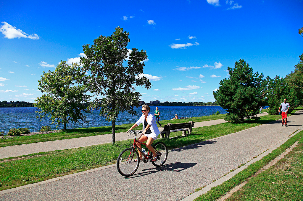 residents in minneapolis can bike around the lakes